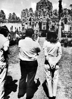 1967-Jackie Kennedy Visit to Angkor Wat (Source: http://www.devata.org/2010/01/angkor-wat-dreams-jacqueline-kennedys-1967-visit-to-cambodia/1967-03-jackie-06/)